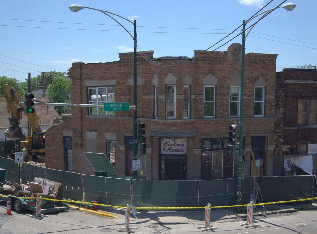 Demolition begins on the former Standard Brewery tied house, early afternoon on Monday, July 13th. (Gabriel X. Michael/Chicago Patterns)